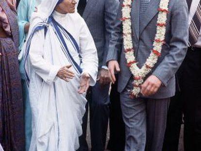 La futura santa Teresa, con el príncipe Carlos de Inglaterra en 1980 en Calcuta.