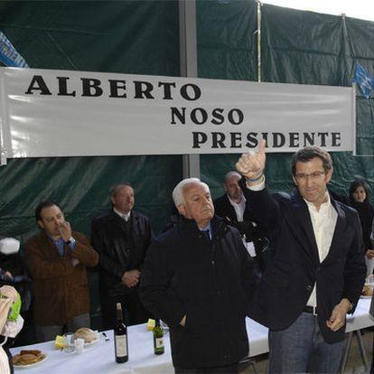 El presidente de la Diputación de Ourense, José Luis Baltar, junto a Alberto Núñez Feijóo y varios vecinos ayer en Os Peares.