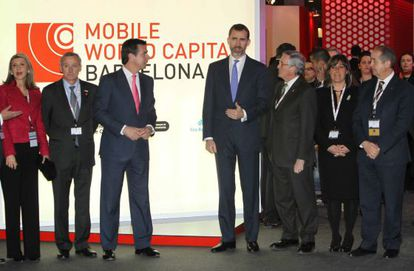 El ministro de Industria, José Manuel Soria, y el príncipe Felipe, junto a otras autoridades en su visita al Mobile World Forum de Barcelona.