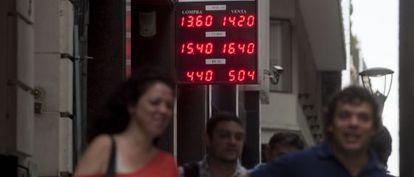Una casa de cambio de Buenos Aires informa la nueva cotización oficial del dólar, el euro y el real en la mañana del jueves.