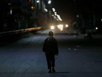 Un niño pasea por las calles de un distrito de Nairobi (Kenia).
