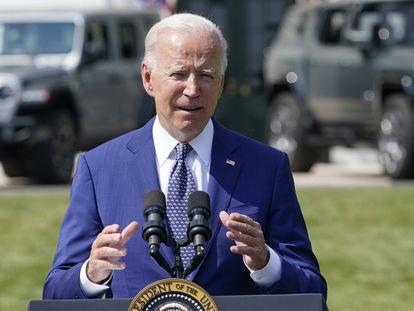El presidente estadounidense, Joe Biden, comparece fuera de la Casa Blanca sobre su plan para acelerar el cambio al coche eléctrico, Washington.