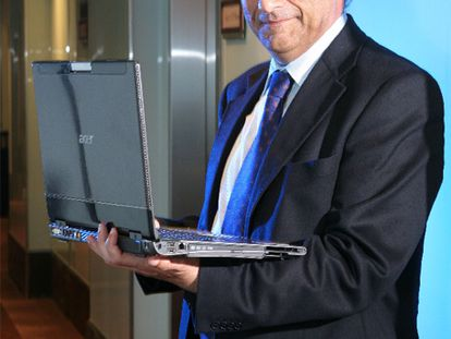 Gianfranco Lanci, presidente de Acer, posa con un portátil en Taiwán.