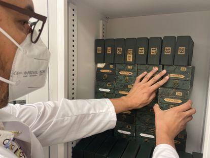 José María Uría con las cajas en las que se guardaban los negativos de la Fototipia Thomas