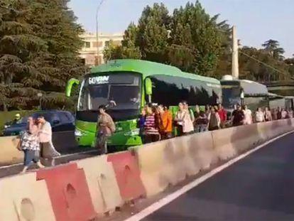 Pasajeros saliendo del carril bus VAO capturados por el usuario de Twitter @Gafirulo_o
