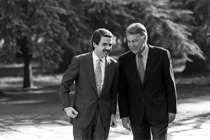 Las nuevas actividades de Aznar y González -en la imagen en La Moncloa, tras las elecciones de 1996- generan controversia.
