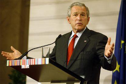 El presidente de Estados Unidos, George W. Bush, responde a los periodistas tras la reunión con la UE en Viena.