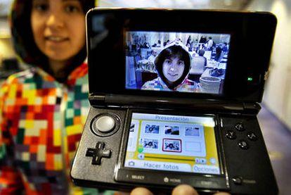 Un autorretrato en tres dimensiones, con la consola Nintendo 3DS.
