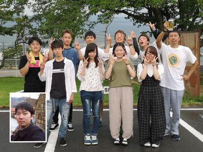 Satoshi, en el detalle de la imagen, y en la foto que permitió localizarle, con una jarra de cerveza en la mano.
