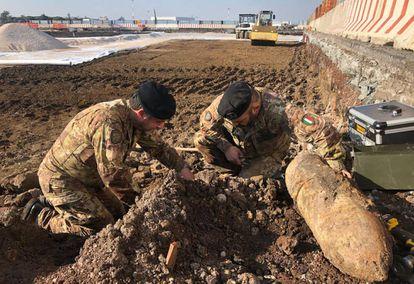 Expertos artificieros del Ejército italiano analizan las bombas de la Segunda Guerra Mundial halladas este jueves en Ciampino.