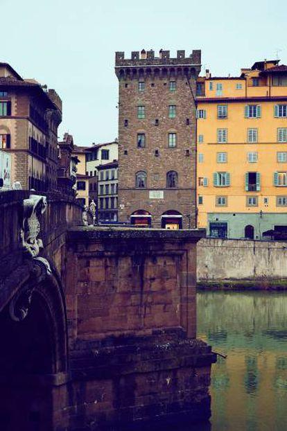 Exterior del palacio, desde el río Arno.
