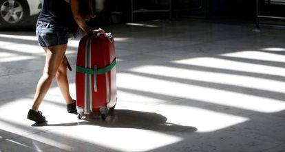 Una mujer transporta una maleta en el aeropuerto Afolfo Suárez Madrid-Barajas.