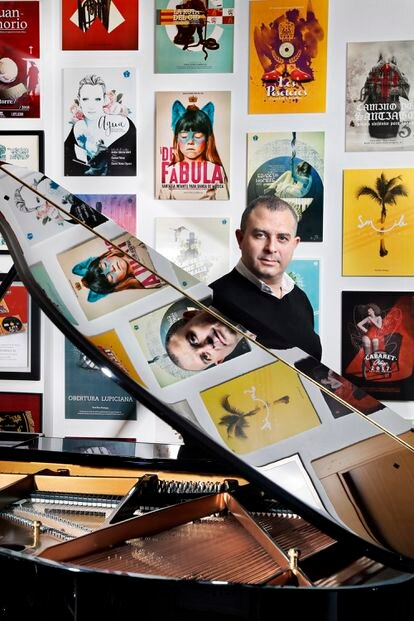 El compositor David Rivas, en casa con su piano.