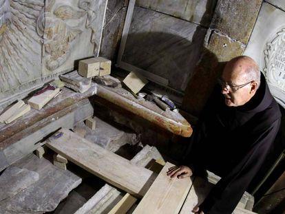 Un fraile franciscano junto a la tumba de Jesús, donde se cree que su cuerpo estuvo enterrado.