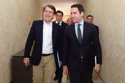 Alfonso Fernández Mañueco, a la izquierda, con Teodoro García Egea, este miércoles.