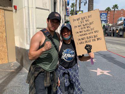 Los hermanos Sean y Jaden See, protestan en Los Ángeles.