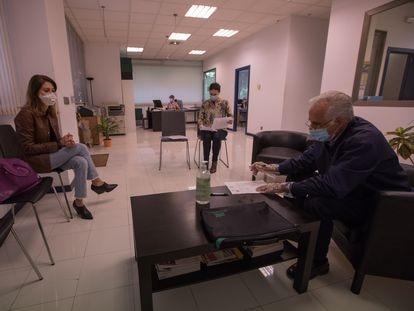 Comprador y vendedor firman la documentación para la compra de una vivienda en una notaría de Madrid.