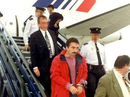 Iñaki de Lemona, en 1999 en el aeropuerto de Barajas, tras entregarlo la policía francesa a España.