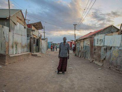Un desplazado en un asentamiento informal en Somalia el pasado 11 de abril de 2020.