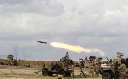 Milicianos chiíes lanzan un proyectil contra los yihadistas del Estado Islámico el pasado miércoles cerca de Tikrit.