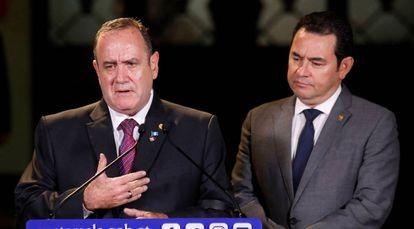El presidente electo de Guatemala Alejandro Giammattei y el actual mandatario Jimmy Morales.