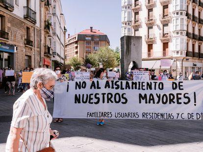 Protesta contra el cierre de centros de día y la limitación de las visitas en las residencias, este sábado en Vitoria.