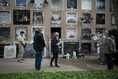 Entierro de una mujer, en el Prat de Llobregat. Falleció en una residencia y durante la pandemia los funerales quedaron restringidos a la presencia de pocos familiares.