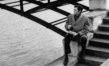 El escritor Julio Cortázar en una imagen de los años sesenta en París sin datar.