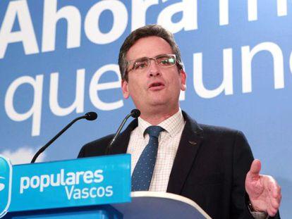 Antonio Basagoiti, en un momento de la comparecencia tras conocer los resultados de las elecciones en el País Vasco.