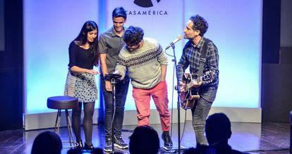 Jorge Drexler canta en una conferencia en Casa de América.