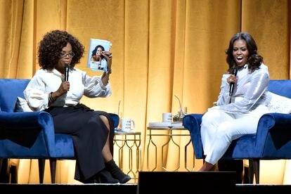 Oprah Winfrey con Michelle Obama en noviembre de 2018 con motivo de la publicación de la biografía de la ex primera dama.