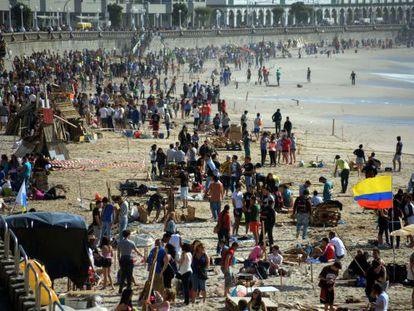 Centenares de personas preparan las hogueras esta tarde en Riazor