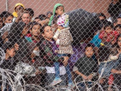 Migrantes dentro de una cerca de un centro de detención improvisado en El Paso, Texas en marzo de 2019.