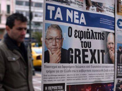 Un hombre mira en Atenas un periódico titulado 'La pesadilla del Grexit', a finales de enero.