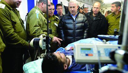 Benjamín Netanyahu visita en febrero un hospital israelí en que se trata a pacientes sirios.