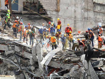 Los equipos de rescate en un edificio derrumbado.