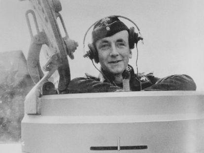 Otto Carius, tanquista del ejercito aleman en su carro Tigre