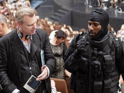 Christopher Nolan con el actor John David Washington en el rodaje de 'Tenet'. En vídeo, tráiler de la película.