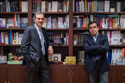 El presidente del INE, Lorenzo Córdova, y el periodista Ernesto Núñez, el pasado martes en las oficinas del organismo electoral.