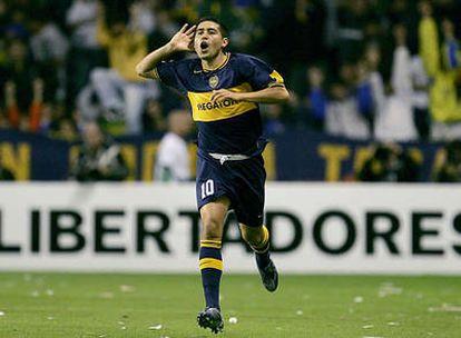 Riquelme festeja un gol con la camiseta de Boca Juniors