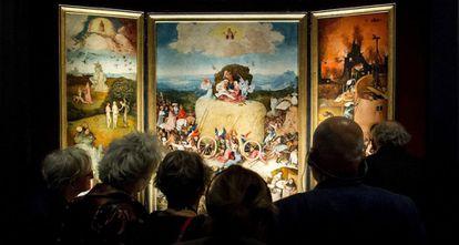 Visitantes de la exposición sobre El Bosco en Den Bosch contemplan 'El carro de heno'.