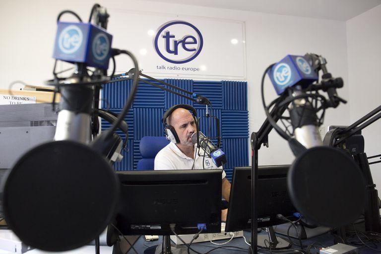 El locutor Giles Brown durante la emisión de su programa 'Viewpoint'.