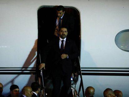 Hariri desciende del avión que le ha llevado de vuelta a Beirut.
