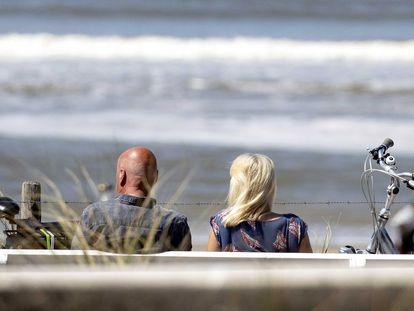 Dos excursionistas disfrutan de un día soleado en la playa de Zandvoort (Países Bajos), el 9 de mayo.