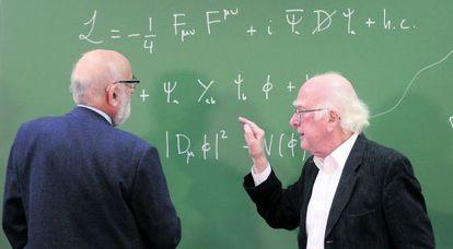 François Englert (i) y Peter Higgs, galardonados con el Nobel de Física, en la Universidad de Oviedo en 2013.