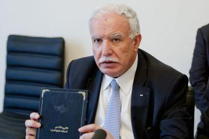 El ministro de Exteriores palestino, Riad al Makli, muestra una copia del Estatuto de Roma.