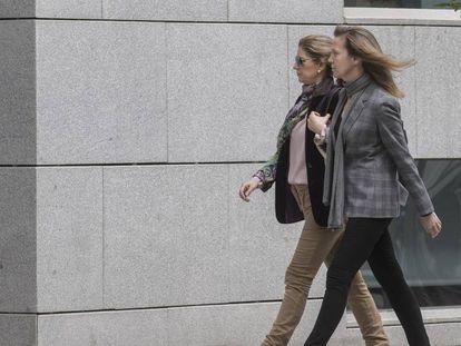 Rosalia Iglesias (izquierda), este miércoles, a su llegada a la Audiencia Nacional.