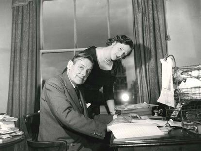 El poeta T. S. Eliot y su segunda esposa Valerie, en su casa en 1958.
