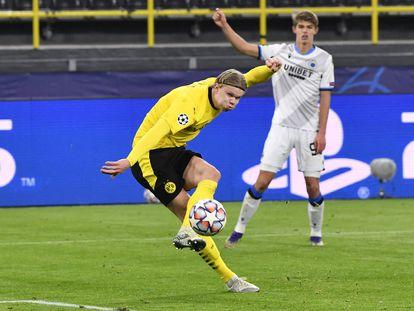 Haaland anota su segundo gol al Brujas.
