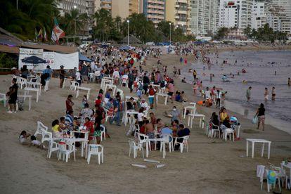 Turistas pasean en una playa en Acapulco, el 31 de diciembre de 2021.